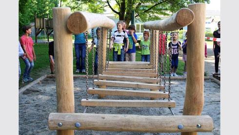 Die jungen Zecher freuen sich, dass sie mit dem Wackelsteg auf dem Pausenhof der Grundschule Zech etwas Neues zum Spielen und Turnen haben. (Foto: Reiner Roither)