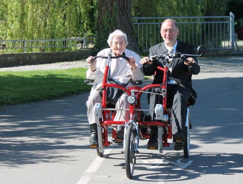 Das neue Dreirad-Tandem für die Senioren-Einrichtung Maria-Martha Stift