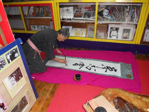 Hokama Tetsuhiro, Hanshi bei der Erstellung einer Kalligraphie für mein Dojo