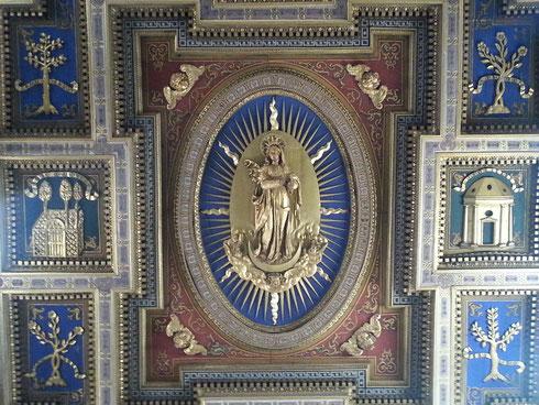 L'ho sempre detto che le cose vanno osservate da più punti di vista: guardate per esempio che meraviglia il soffitto di san Marcello, su via del Corso.