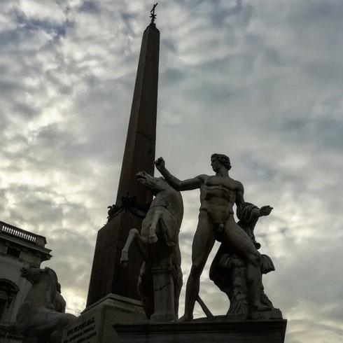 Un tempo era noto come Monte Cavallo, e pare superfluo spiegare il perché...in mezzo alla piazza del Quirinale la fontana dei Dioscuri sfrutta i due cavalli e cavalieri di epoca imperiale romana (ma la tradizione li voleva opera di Fidia e Prassitele, come recita ancora l'iscrizione alla base)