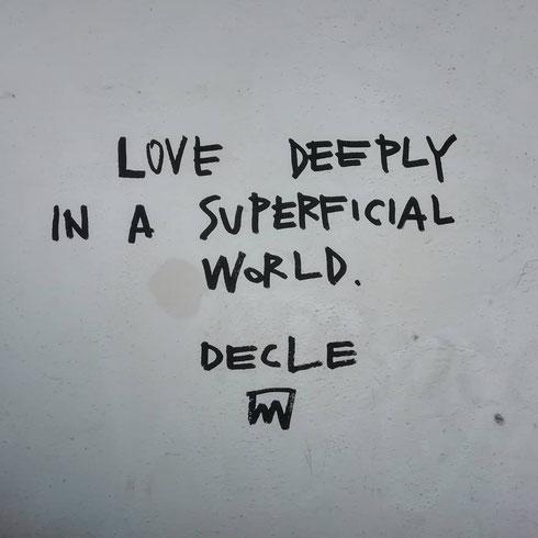 Messaggi d'amore sui muri di via Nazionale