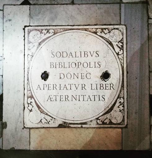 Un particolare del pavimento della chiesina di santa Barbara dei Librari, lungo via dei Giubbonari