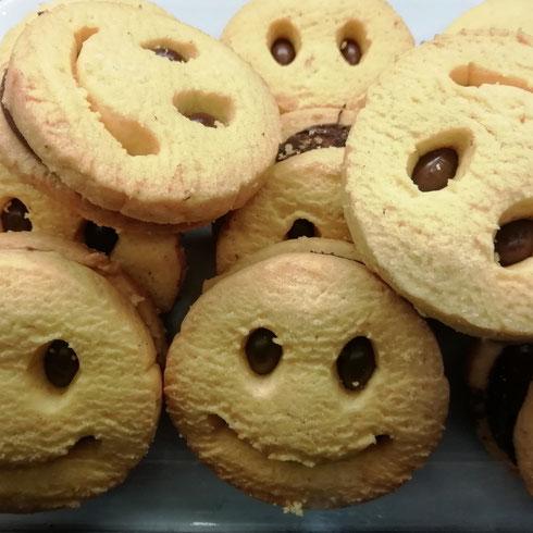 Venerdì. Anche i biscotti al bar sono contenti del fine settimana...pure questa volta sono scampati dalle fauci degli avventori...