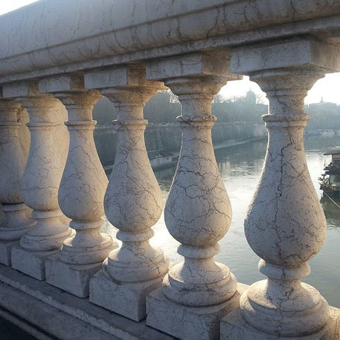 La bellezza è dappertutto, anche nella balaustra di un ponte baciata dal sole di mattina...