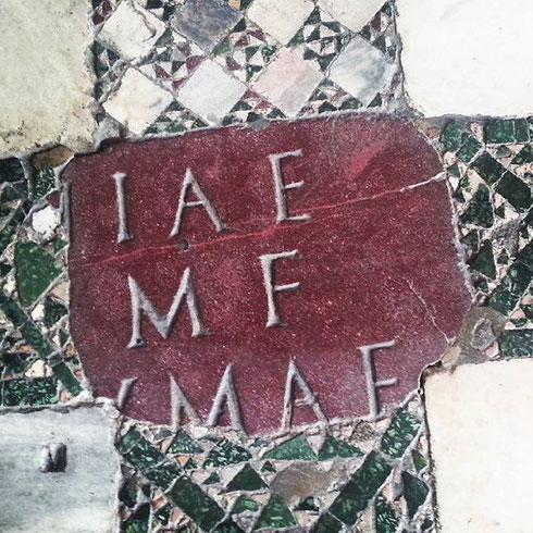 Per la serie nulla si crea, ma tutto si trasforma, pezzetti di marmi presi a caso dalle vestigia dell'antica Roma e utilizzati alla rinfusa per il pavimento dell'Ara Coeii