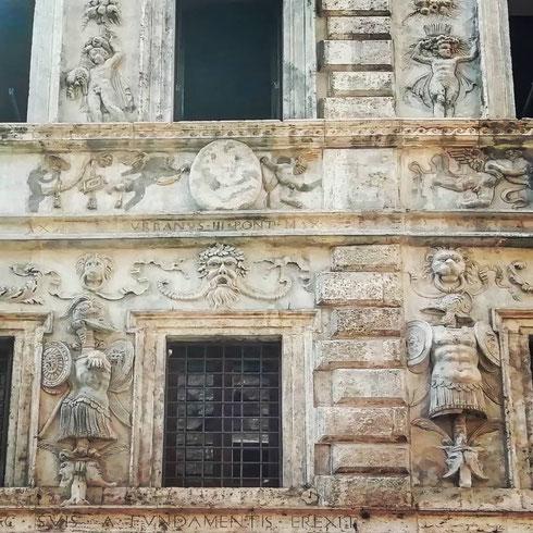 In via dei Banchi Vecchi, il cinquecentesco palazzo Crivelli è noto soprattutto come Casa dei Pupazzi (e basta guardare la facciata per spiegarsi il perché). Assieme a palazzo Spada, è uno dei pochi in città a vantare una ricchissima decorazione a stucchi