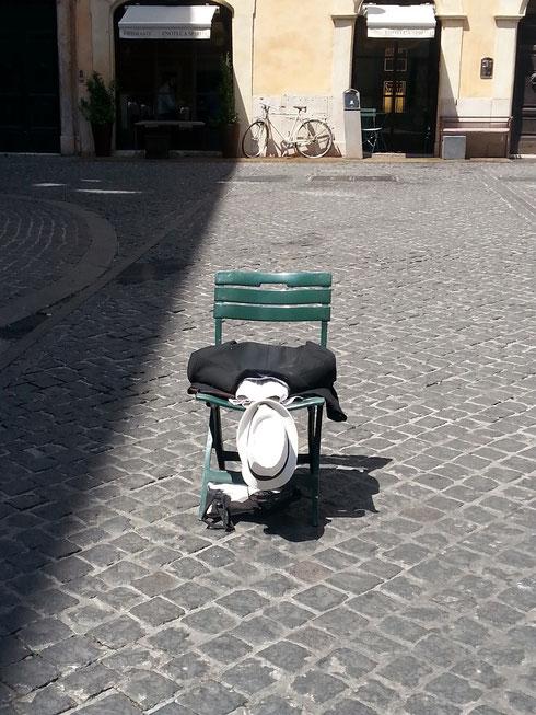 Sedia vuota in piazza di Pietra...il poverino sarà in pausa pranzo o si è sciolto al sole?