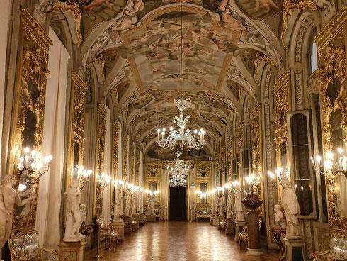 Da una parte Bernini e Velazquez, dall'altra - per fare un nome - Caravaggio...nella galleria degli specchi di palazzo Doria Pamphilj non si sa davvero da che parte andare.  Che poi, se uno è stanco e vuole fare una sosta a metà strada, si ritrova di fronte al doppio ritratto di Raffaello. Quanta abbondanza