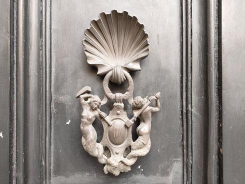 Come dev'essere chic bussare a questo portone di via della Colonna Antonina...