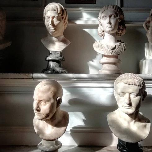 Questi busti di palazzo Nuovo stanno evidentemente guardando qualcosa che non li convince molto...soprattutto la donna in alto a sinistra sembra particolarmente indignata