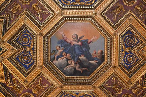 La basilica di santa Maria in Trastevere non si finisce mai di guardare...ecco un dettaglio del bel soffitto del Domenichino, con l'Assunta centrale
