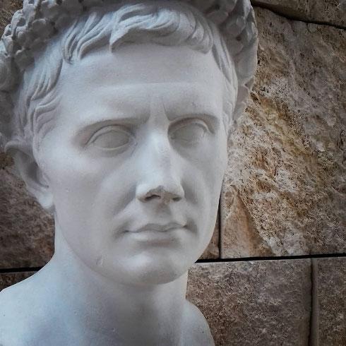 """Scrive Augusto: """"quando tornai a Roma [...] il Senato decretò che si dovesse consacrare un'ara alla Pace augustea nel Campo Marzio"""" in origine l'ara Pacis non si trovava dove è adesso, ma più o meno dove oggi si trova piazza san Lorenzo in Lucina"""