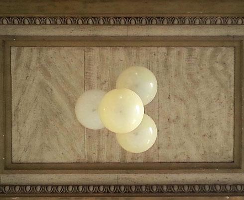 La prossima volta che andate alla Galleria Alberto Sordi non entrate subito nei negozi, ma guardate in alto, ai perfetti lampadari dell'ingresso