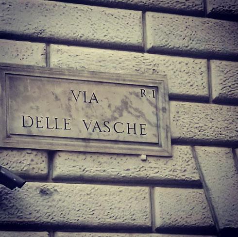 Tra via Cavour e via Urbana, nel rione Monti, via delle Vasche prende il nome da un lavatoio pubblico demolito a fine Ottocento
