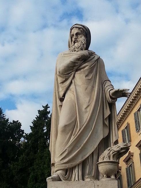 La statua dell'inverno a piazza del Popolo saluta l'ingresso della stagione fredda...