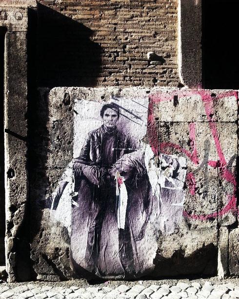 Quasi una pietà quella che Ernest Pignon ha dedicato a Pasolini, lasciando i suoi murales sparsi qua e là in città, tra il centro e le periferie