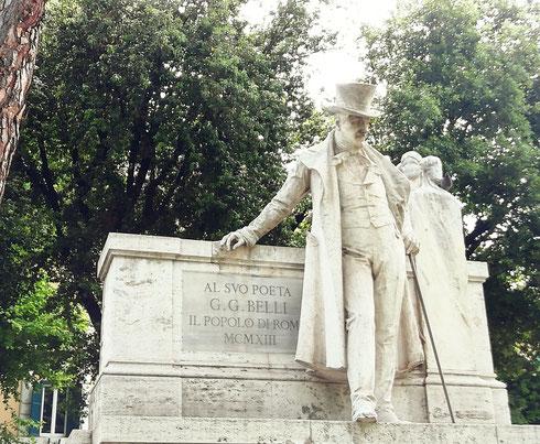 Realizzata nel 1913 da Michele Tripisciano, il monumento a Giuseppe Gioacchino Belli accoglie chi arriva a Trastevere attraversando il fiume a ponte Garibaldi. Curiosità: il bastone da passeggio al quale s'appoggia il poeta era un tempo un vero bastone, rubato però più volte nel corso degli anni