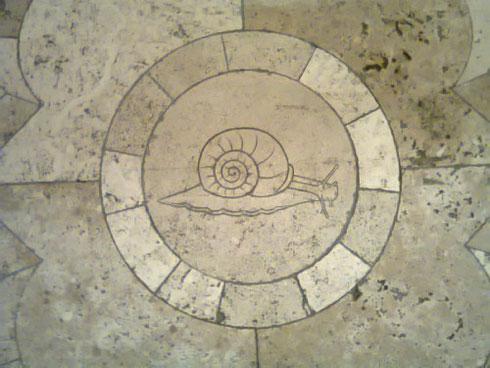 Si passa decine di volte in un luogo e solo oggi si scopre la lumachina sulle scale di palazzo Venezia. Roma finirà mai di stupirci?