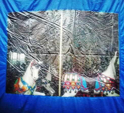 In attesa di essere messi a norma, i cavallini della giostra di piazza Navona osservano i bambini stando dietro il loro telo di plastica blu...buon Natale!