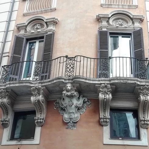 I leoni che si affaciano dalle finestre di questo palazzetto di fronte a Montecitorio sembrano gattoni in cerca di coccole