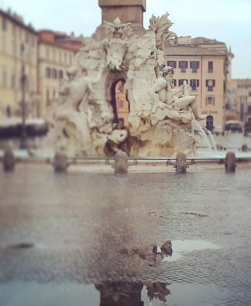 Settimana dal tempo incerto, che ci ha regalato la neve, il sole, temperature polari e infine la pioggia...ma il Gange della fontana dei Quattro Fiumi a piazza Navona, vanesio e imperturbabile, si specchia in una pozza d'acqua