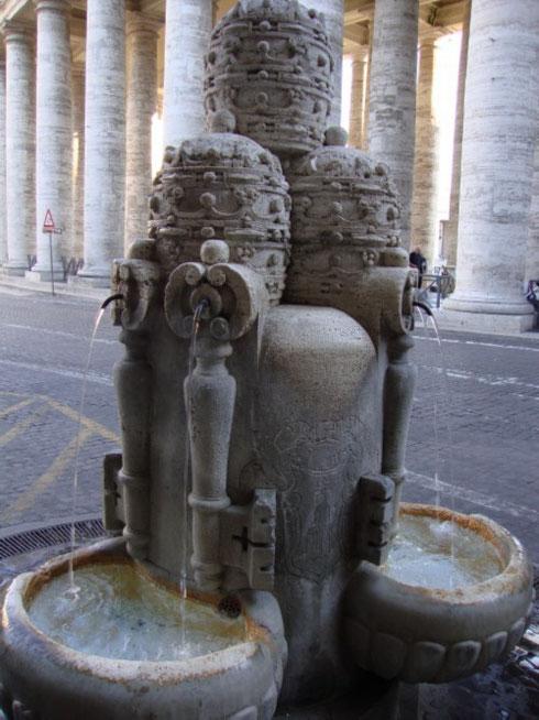 Quanti turisti e pellegrini si fermeranno a bere in questi giorni alla fontanella delle tiare, proprio accanto al colonnato di san Pietro?