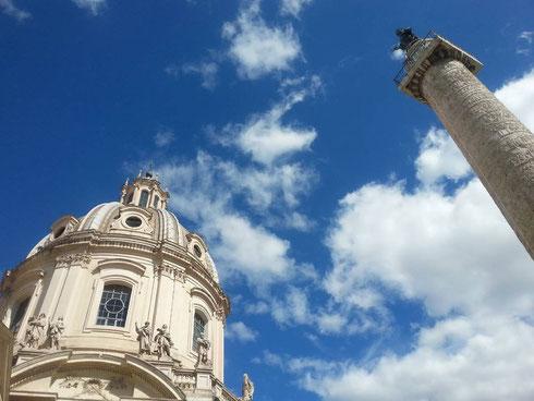 A sinistra la chiesa del santissimo nome di Maria, a destra la colonna Traiana, in mezzo il cielo blu e qualche nuvola...what else?