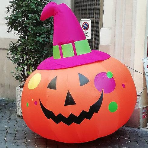 Manca poco alla notte di Halloween (non ci facciamo mancare proprio nulla)...ma la zucca in sosta vietata in via dei SS Apostoli non viene rimossa?