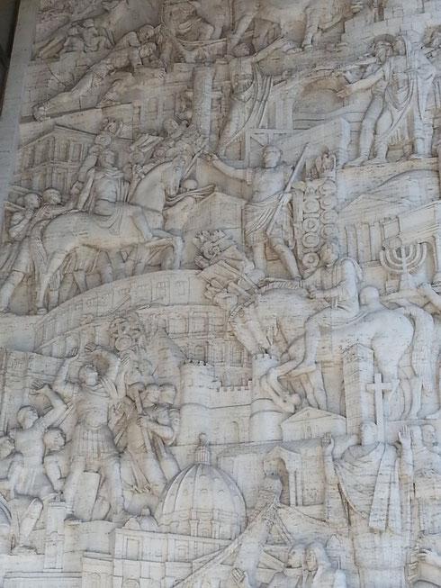 Non ingannino i riferimenti all'antichità, il cupolone in basso svela che siamo molto oltre. Nel 1937 in particolare, quando Minucci costruisce il palazzo degli uffici all'Eur, decorato da Morbiducci col rilievo La storia di Roma attraverso i suoi edifici
