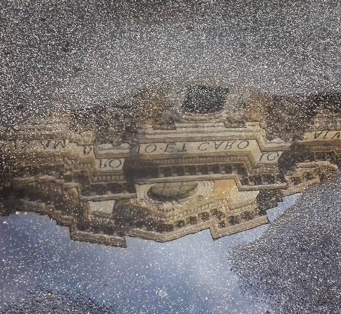 ...disse il marciapiede lungo via del Corso. E nella sua pozzanghera si riflette la chiesa dei santi Ambrogio e Carlo