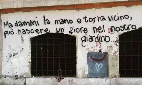 Romantico imbrattatore a via Anicia...c'è da dire che almeno i writers di Trastevere scelgono belle canzoni...