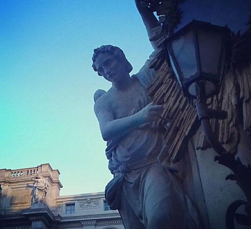 La madonnella di fronte alla fontana di Trevi, nonostante un tale, ingombrante, vicino, sa farsi ben notare...