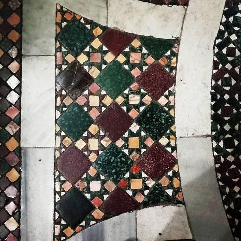 E dopo il soffitto dorato un dettaglio del meraviglioso pavimento cosmatesco di Santa Maria Maggiore