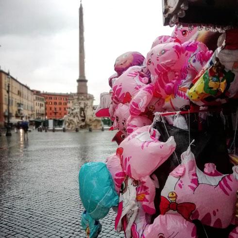 Qualche giorno fa, passando a piazza Navona. Che bella la città alle otto di mattina...voi quale momento preferite per godervi le strade e le piazze di Roma?
