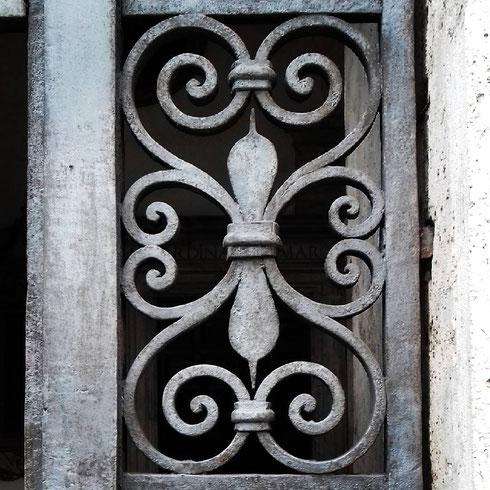 Essere grate a volte è un arte...come nel portico della basilica di san Marco a piazza Venezia...