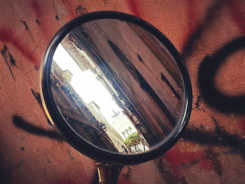 Piccolo spicchio di piazza Venezia da piccolo specchio retrovisore