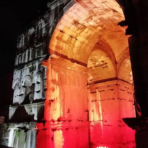 L'arco di Giano brilla di luce propria nella sera romana
