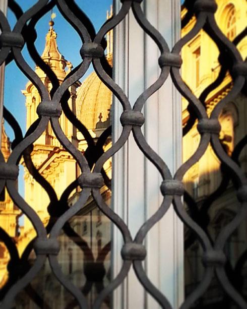 Quando si passeggia la mattina a piazza Navona è impossibile non restare incantati dalla sua bellezza...anche le finestre non resistono e si fermano a guardare...