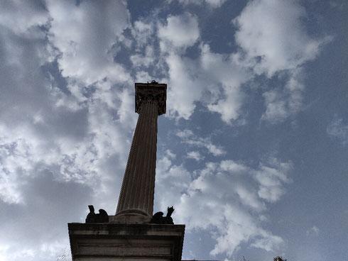 La colonna di fronte alla basilica di santa Maria Maggiore arriva dritta dritta dalla Roma imperiale: è infatti l'unica superstite tra quelle che sorreggevano la volta della basilica di Massenzio al foro romano.  Alta più di 41 metri, fu eretta qui da Carlo Maderno nel 1614 per volere di papa Paolo V Borghese: all'epoca (ma qualcuno ancora oggi) tutti la chiamavano colonna della Pace visto che si pensava la basilica di Massenzio fosse, appunto, il tempio della Pace.