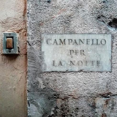 Chissà quante persone avranno suonato questo campanello per la notte di via di san Marcello, e dove saranno state fino a tardi?