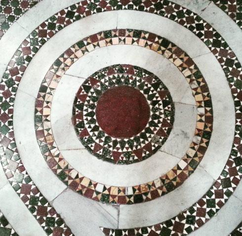 Non amate anche voi alla follia i pavimenti cosmateschi? Questo è a san Crisogono, a Trastevere...qual è invece il vostro preferito?