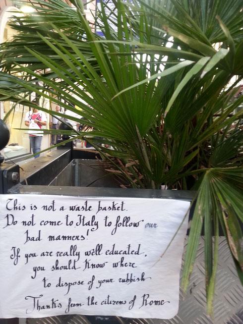 Cari turisti, non venite in Italia per imparare le nostre cattive maniere, la fioriera non è un cestino per i rifiuti...recita più o meno così un messaggio su via Ottaviano...la maleducazione non ha nazionalità!
