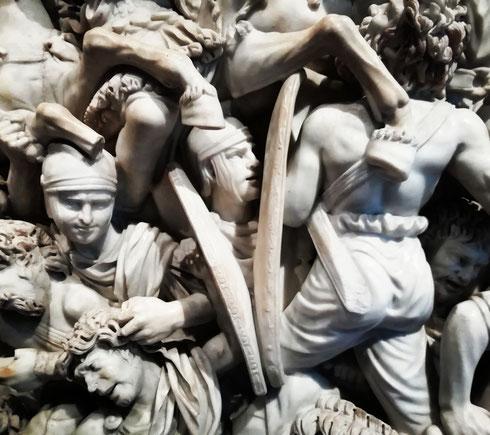 Il grande Ludovisi, l'imponente sarcofago della foto, venne ritrovato nel 1621 nei pressi di porta Tiburtina, e subito finito nella collezione di Ludovico Ludovisi. Datato al II o III secolo d.C., raffigura gli attimi convulsi di una battaglia