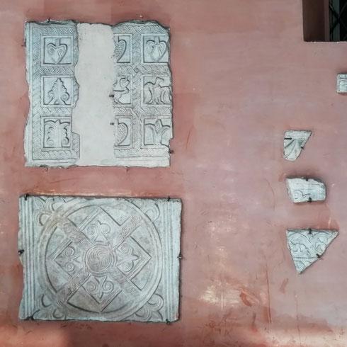 Pezzetti di Medioevo murati sotto al portico della basilica di santa Cecilia...chissà come sarebbe tornare per un attimo nella Trastevere di mille anni fa?