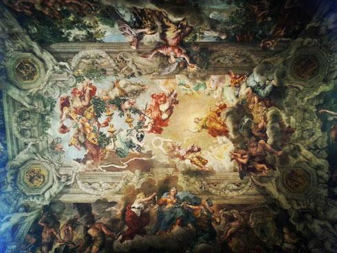 La cervicale fa male, la testa dopo un po' si mette a girare, la posizione, come Michelangelo nella Sistina, alla lunga insopportabile...ma il trionfo della divina provvidenza di Pietro da Cortona a palazzo Barberini vale la seduta dal fisioterapista