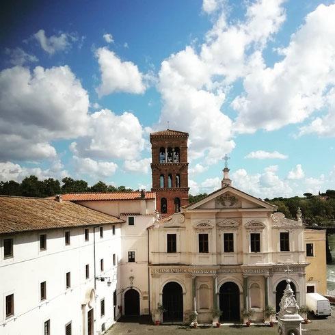 C'è qualcosa di meglio del cielo di settembre sopra San Bartolomeo all'isola Tiberina? La chiesa, datata all'anno Mille, prende il posto del tempio di Esculapio, dio della medicina, eretto qui in epoca romana