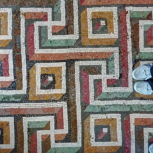 Meandri capitolini...con scarpette. I pavimenti del palazzo dei Conservatori sono a volte intricatissimi