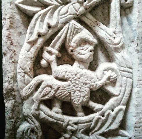 Che bello quando un posto non smette mai di sorprenderti: sono tornata a santa Maria in Trastevere e, dietro una porta, c'era appostato un piccolo centauro guerriero, pronto a difendere il suo spazio da chissà quanti secoli