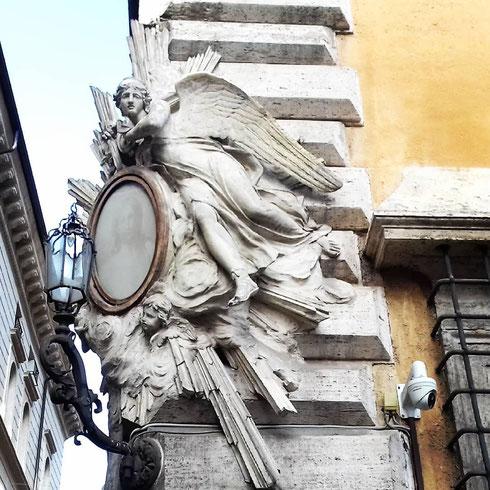 Da palazzo Lancellotti l'angelo della madonnella è pronto a planare dolcemente sull'ultimo tratto di via dei Coronari